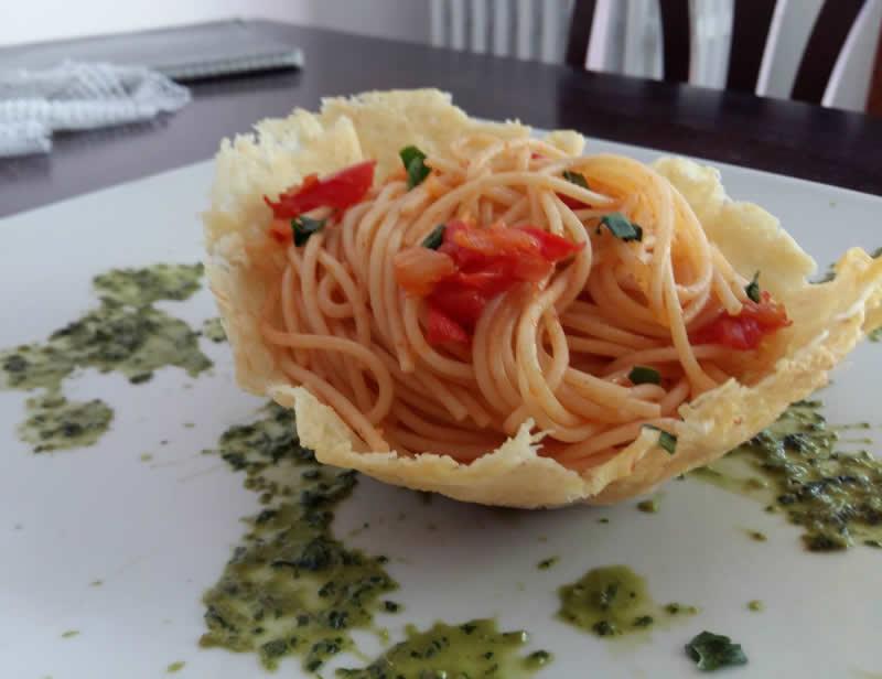 Spaghetti-in-cestino-di-Parmigiano