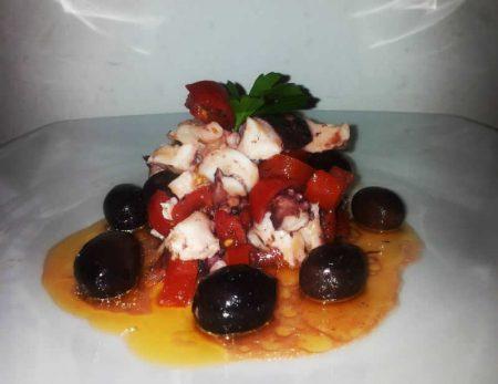 Dadini-di-polipo-con-pomodorini-e-olive-nere-di-Gaeta