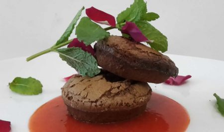 Brownie-con-coulis-di-fragole
