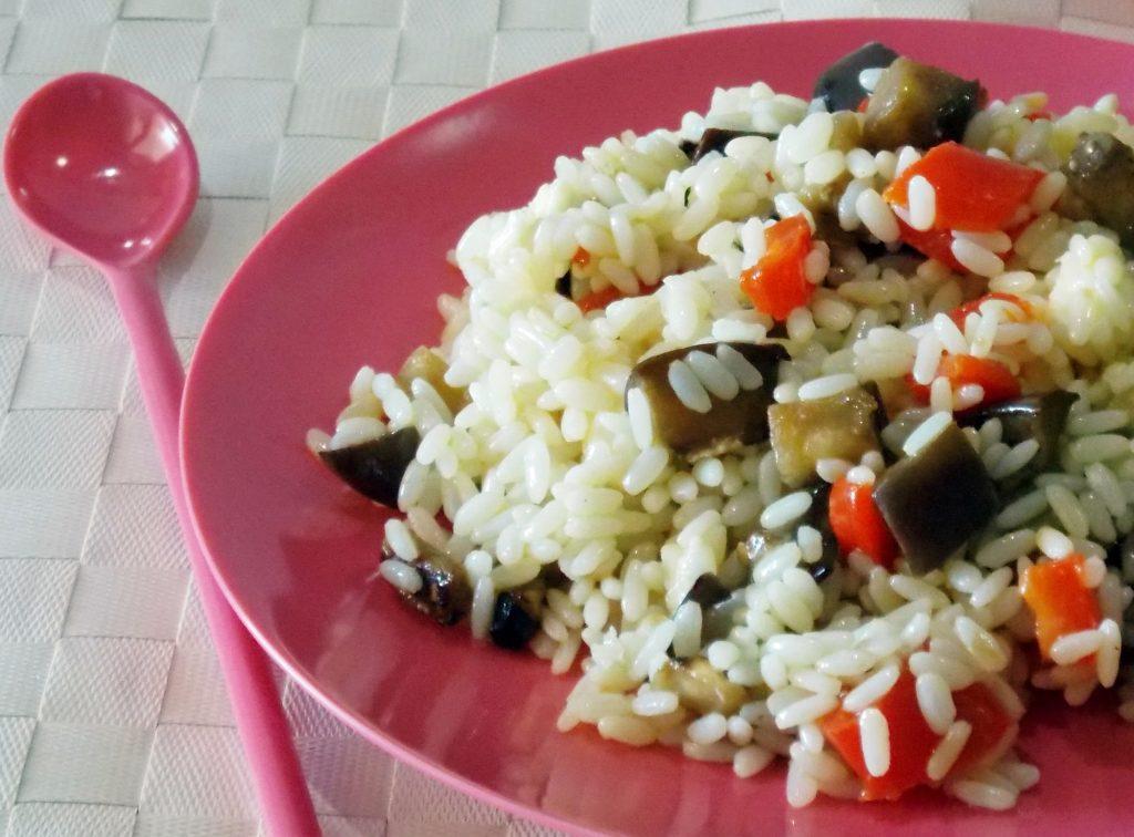 Insalata di riso con melanzane, peperoni e mozzarella