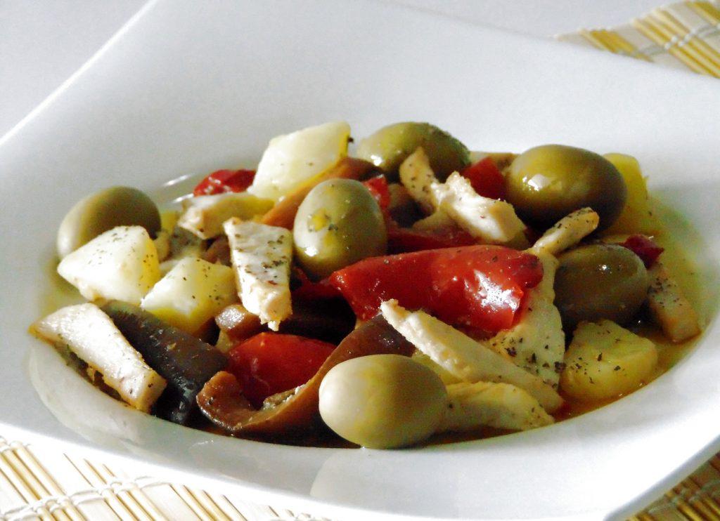 Insalata di pollo, peperoni, melanzane, patate, olive