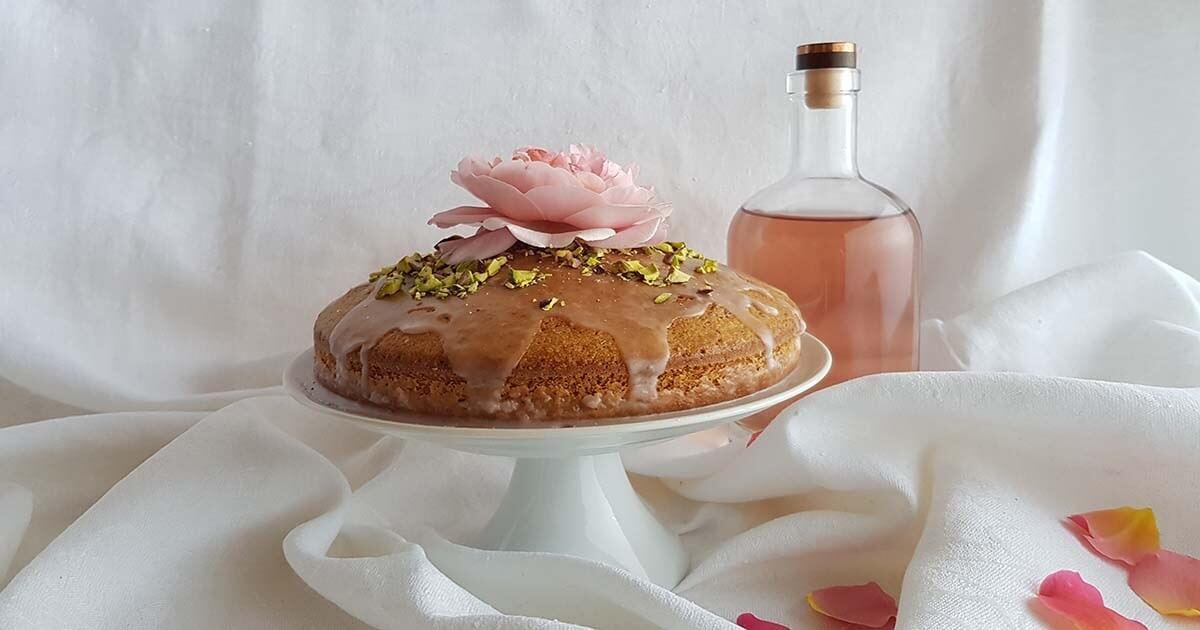 Torta ai pistacchi e mandorle con glassa alle rose