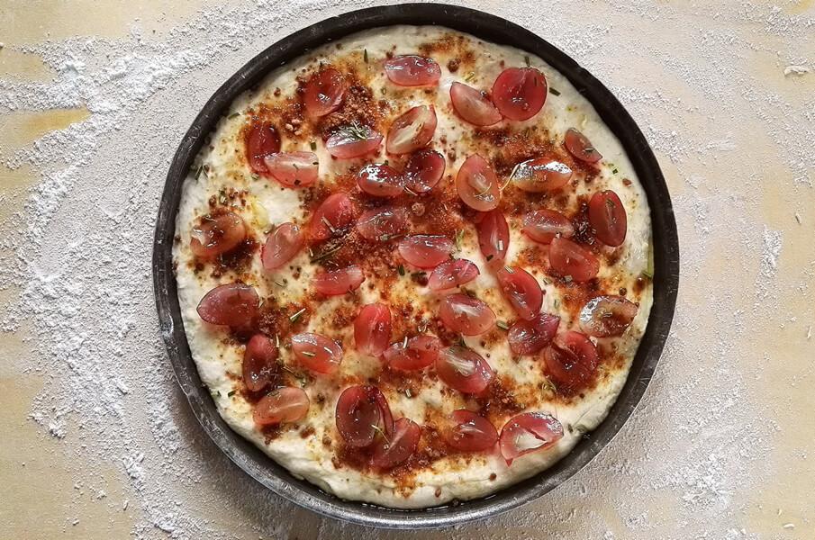 Pizza all'uva e rosmarino: ricetta dolce-salata