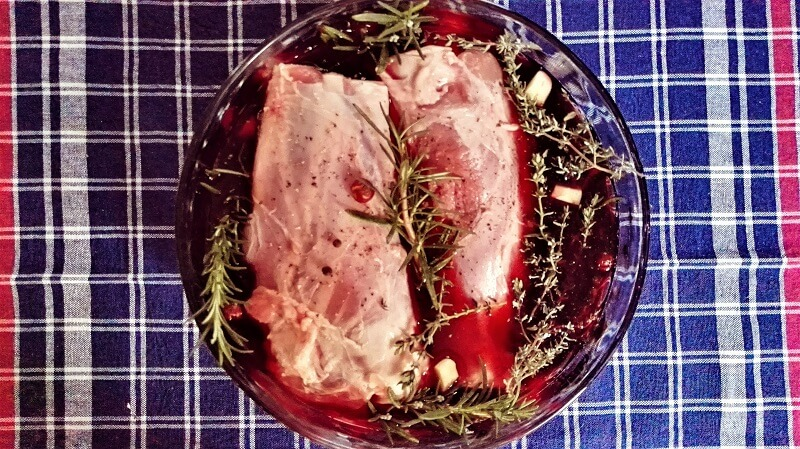 Marinatura dello stinco di maiale al vino