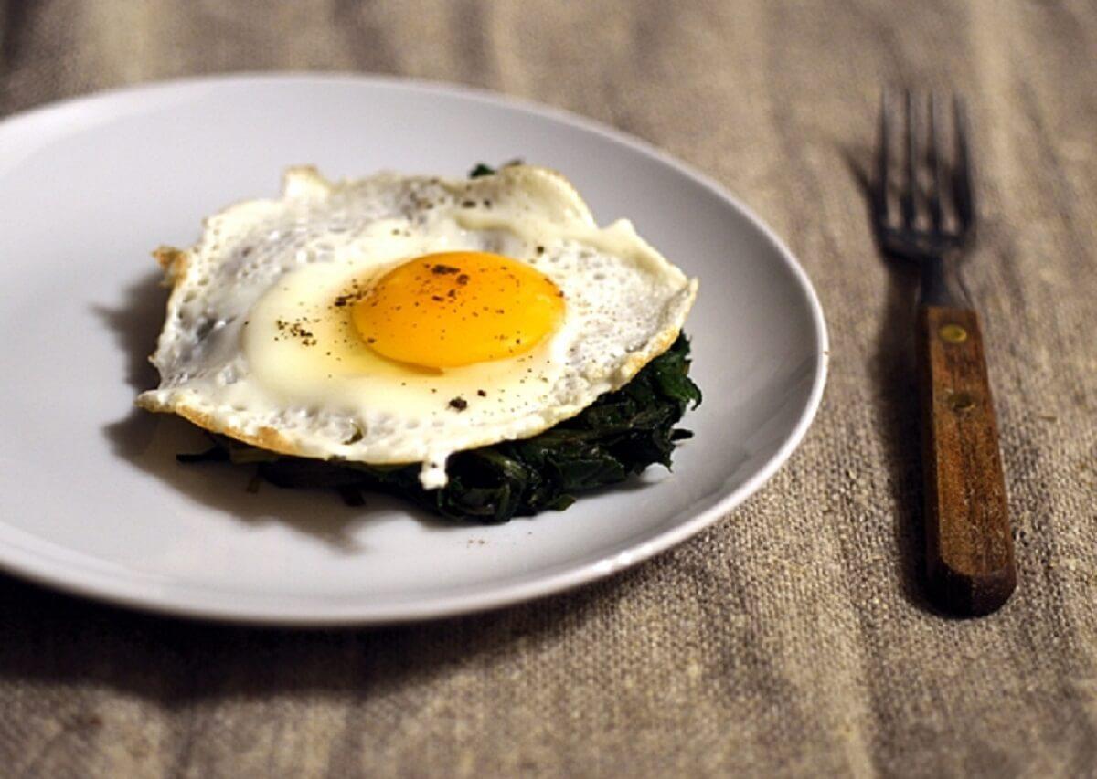 Uova e rosolaccio, piatto veloce e gustoso