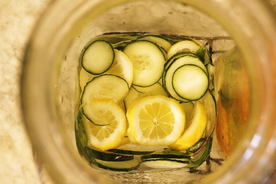 Acqua detox gusto: limone, zenzero, cetriolo e menta