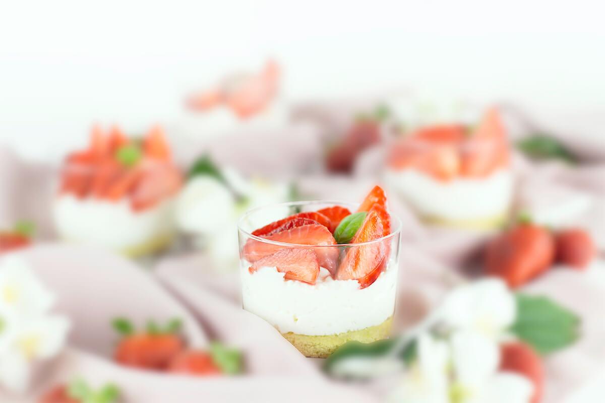 https://www.gazzettadelgusto.it/ricette/dolci-e-frutta/bicchierini-alla-mousse-di-limone-con-fragole-al-basilico/