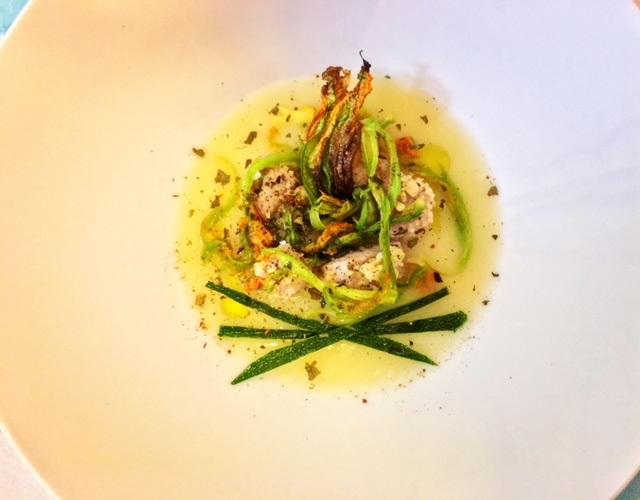 Tonno in crosta di mandorle su crema di patata, tagliolini di fiori di zucca, julienne di zucchine e polvere di basilico