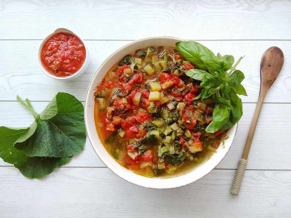 Minestra di tenerumi, la ricetta della zuppa estiva in Sicilia