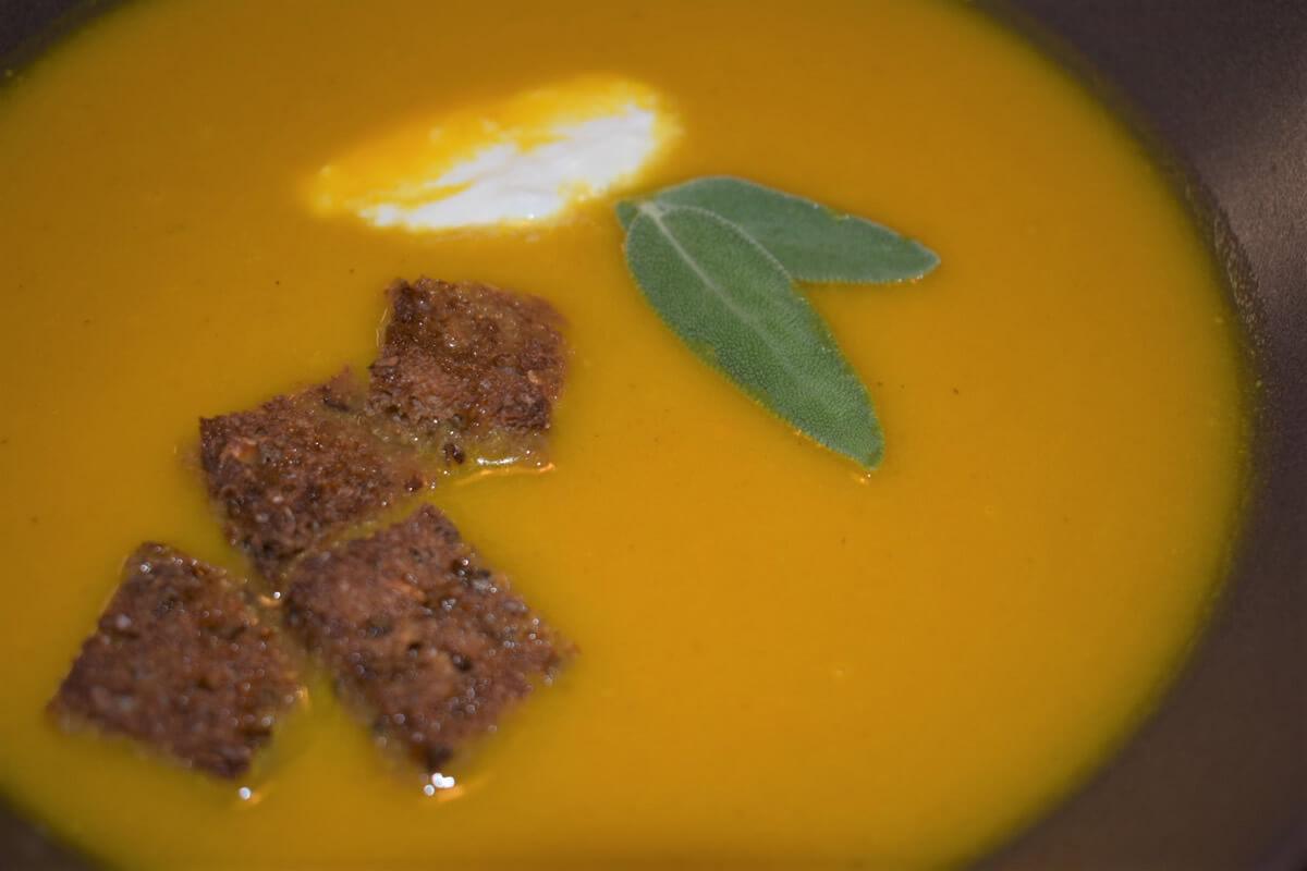 Vellutata di zucca, carote e curcuma, ricetta autunnale veloce