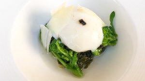Uovo CBT, cime di rapa, scaglie di pecorino, emulsione aglio nero
