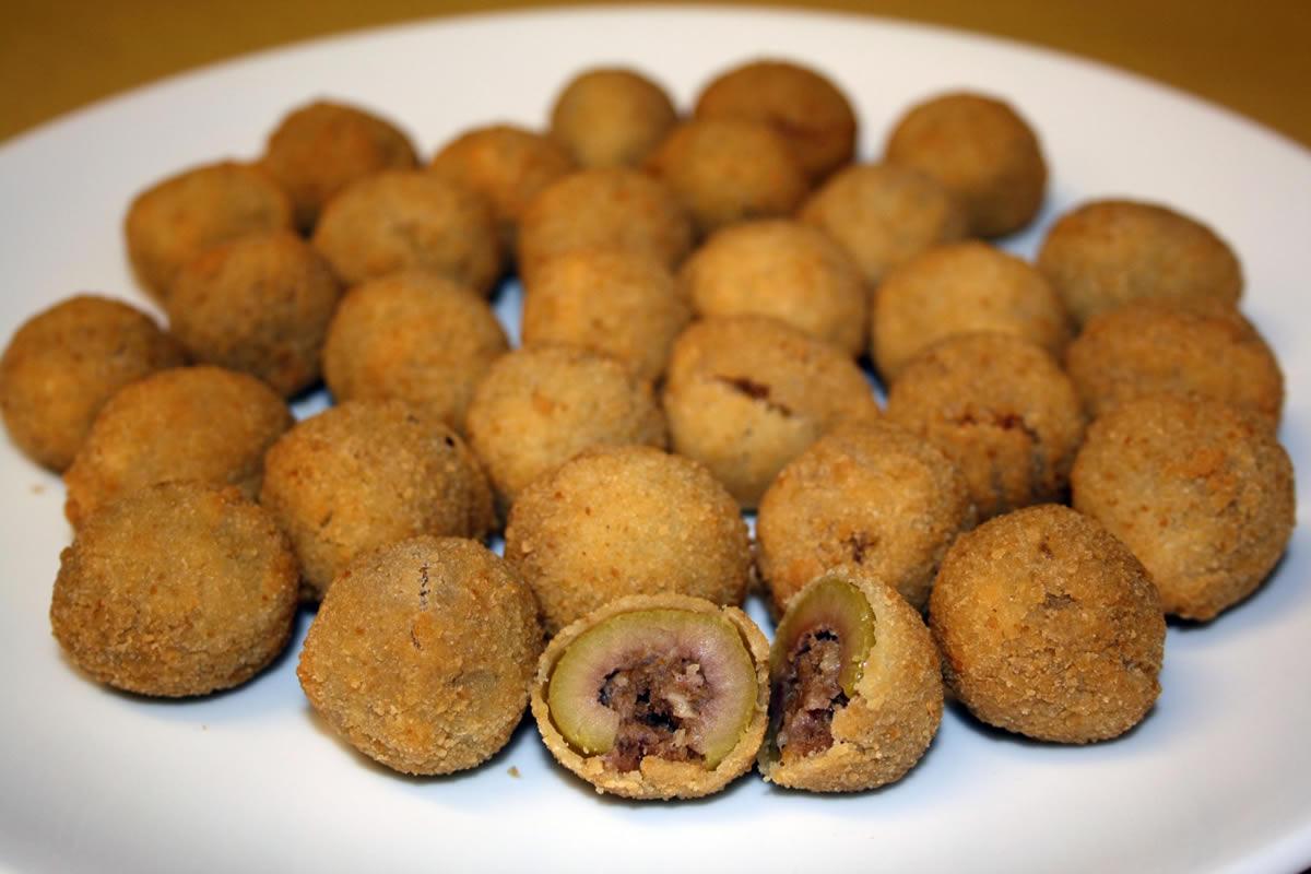 Storia delle Olive ascolane, la golosità regina dei buffet