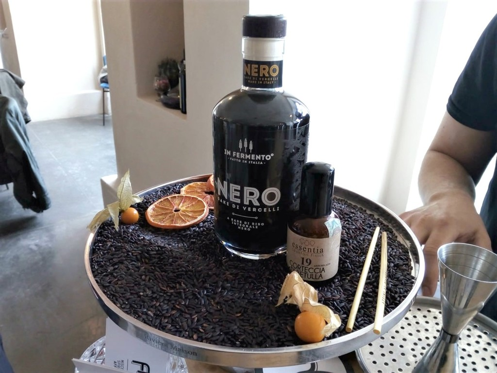 Il Sakè italiano è NERO, nato in Piemonte con riso integrale nero