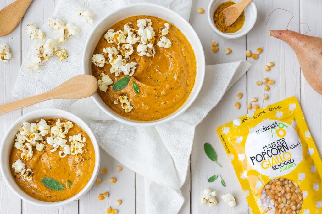 Curry di patate dolci con crumble di pop corn gialli speziati
