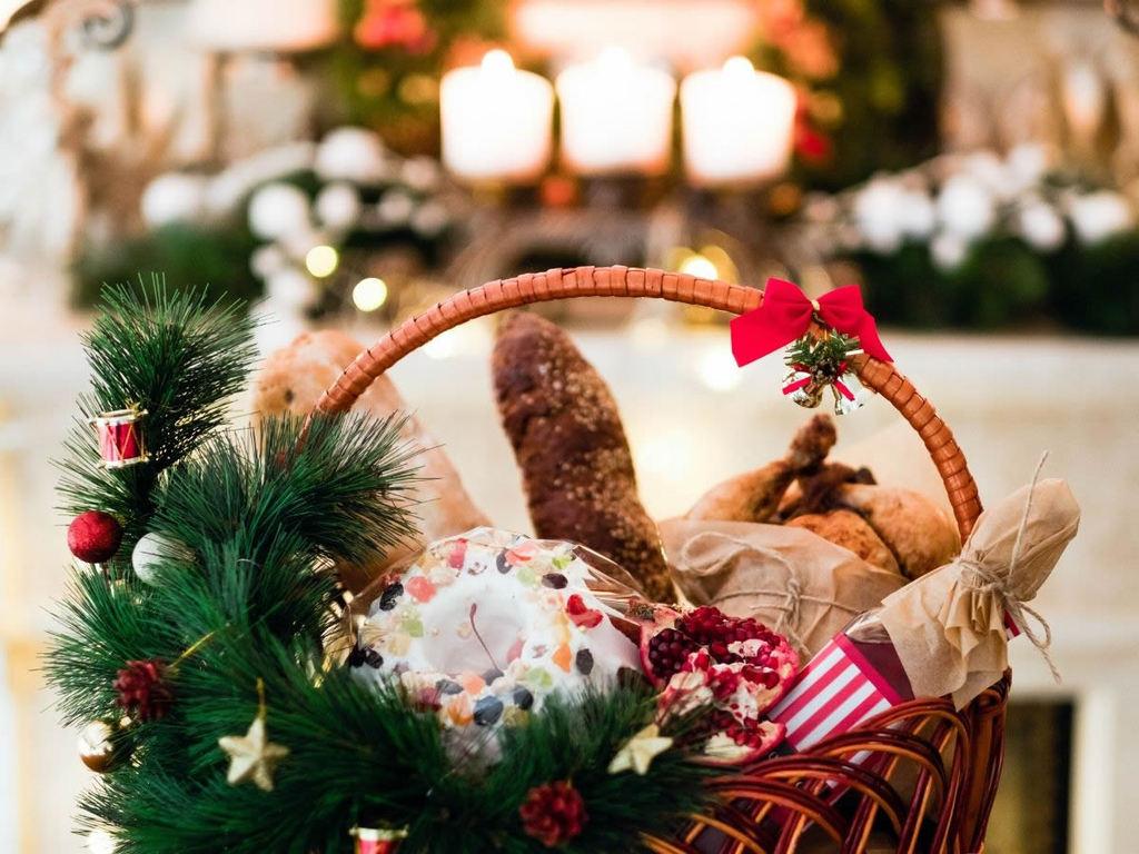 Cesta natalizia con cibo e vino