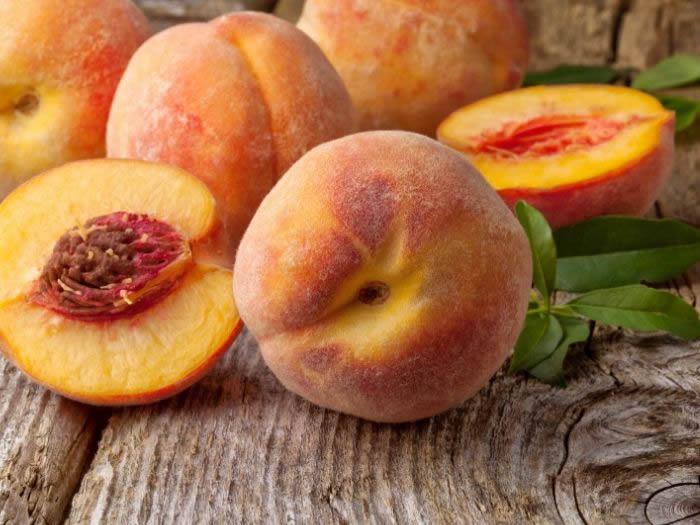 Pesche, il frutto estivo che fa bene