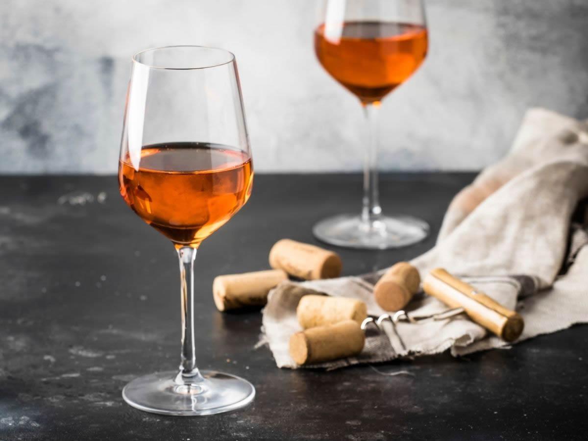 Tutto sugli orange wine: caratteristiche e abbinamenti
