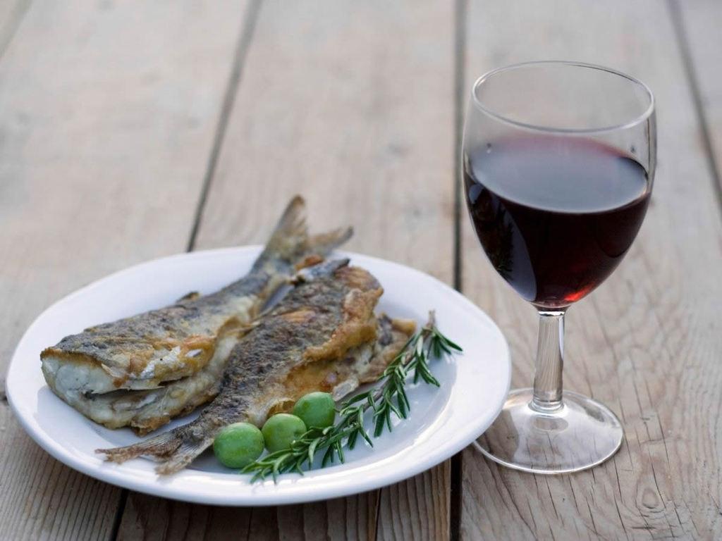 Vino rosso e pesce: le regole per abbinarli